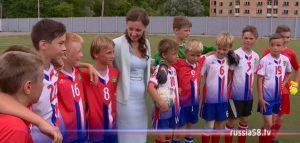 Анна Кузнецова с юными футболистами