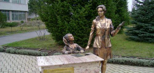 Памятник первой учительнице в Харькове. Фото mykharkov.info
