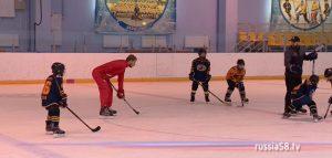Олимпийский чемпион Сергей Андронов и юные хоккеисты