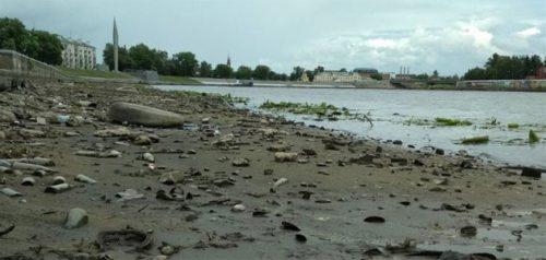 Мусор в прибережной зоне Суры. Фото администрации города Пензы