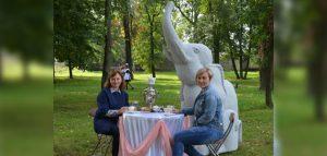 Чаепитие со слоном. Фото Пензенской областной библиотеки имени М.Ю. Лермонтова